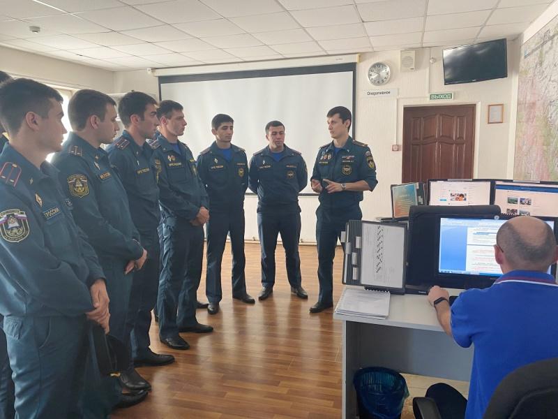 Молодые лейтенанты познакомились с работой ЦУКСа.